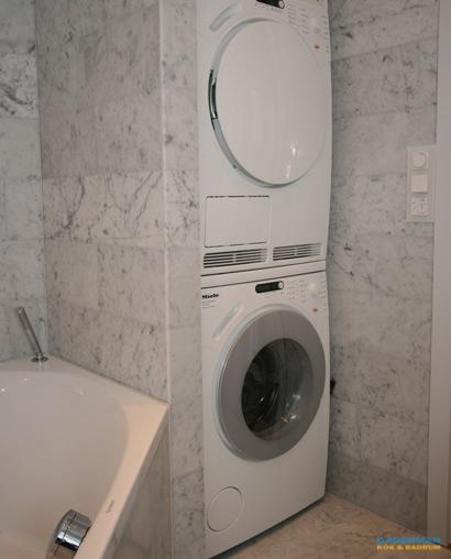 Badrum i marmor med tvättmöjligheter