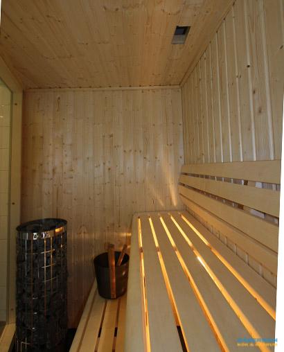 Badrum med glasblock och bastu