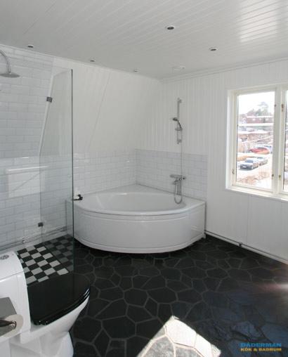 Badrum med hörnbadkar i Huddinge