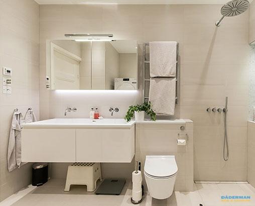 Badrum renoverat med inbyggd dusch och tvättmöjligheter på Kungsholmen