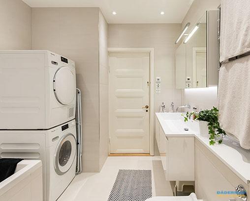 Badrum med inbyggd dusch och tvättmöjligheter