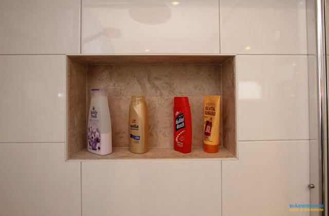 Badrum med inbyggt badkar