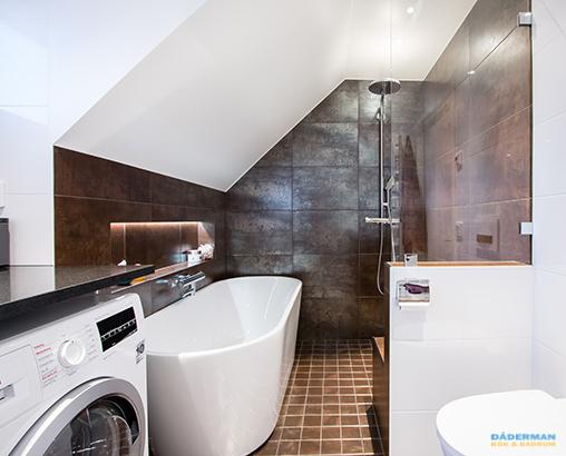 Härligt badrum med snedtak