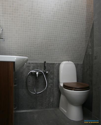 Badrum med stora plattor i grå marmor
