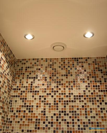 Badrum med väggar i mosaik