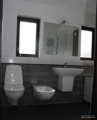 Badrum med vägghängd toalett och bidé
