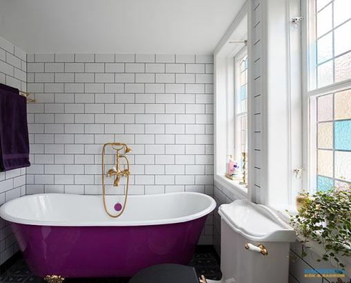 Färgstarkt badrum med mönstrat klinker