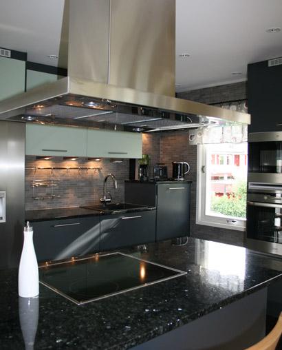 Kök med släta ytor och effektfulla detaljer