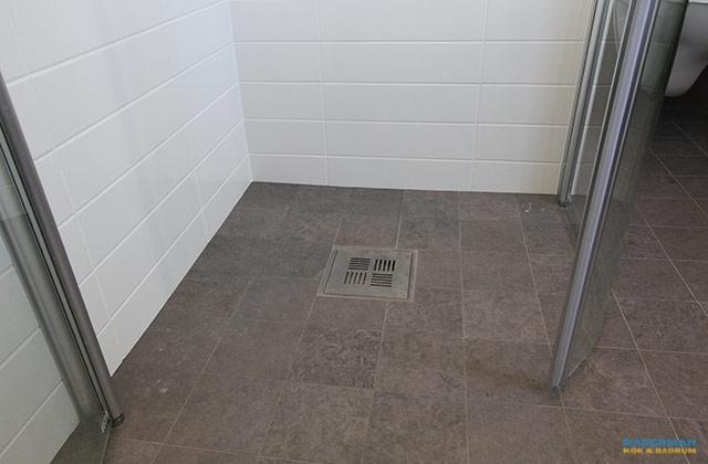 Fräscht badrum med avskild toalett