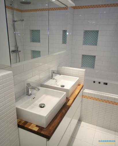 Klassiskt badrum med färgstarka detaljer
