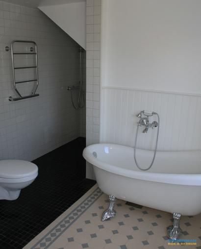 Klassiskt och modernt badrum med mönstrat klinker