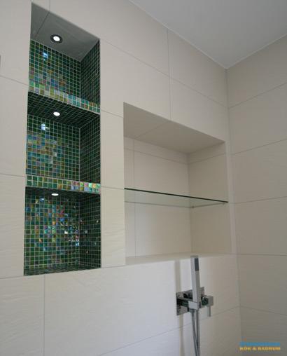 Lyxigt badrum med grön mosaik