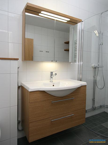 Skandinaviskt badrum med trädetaljer
