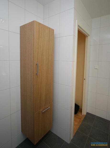 Skandinaviskt badrum med varma trädetaljer