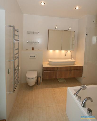 Stilren och nyskapande badrumsrenovering i Roslagen