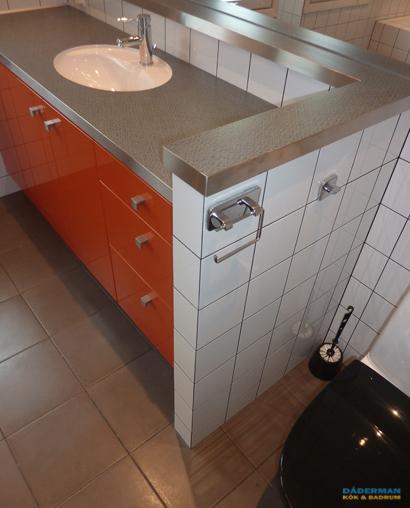 Unikt badrum med färgstarkt toalettskåp i Botkyrka