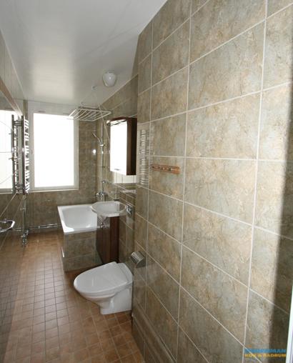 Avlångt badrum med inbyggt badkar
