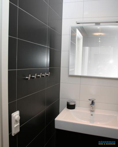 Badrum i svart och vitt kakel