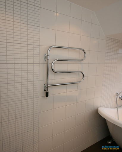 Badrum med badkar på fot
