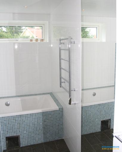 Badrum med blå mosaik och badkar