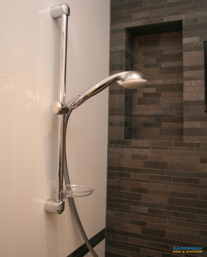 Badrum med fondvägg i grå mosaik