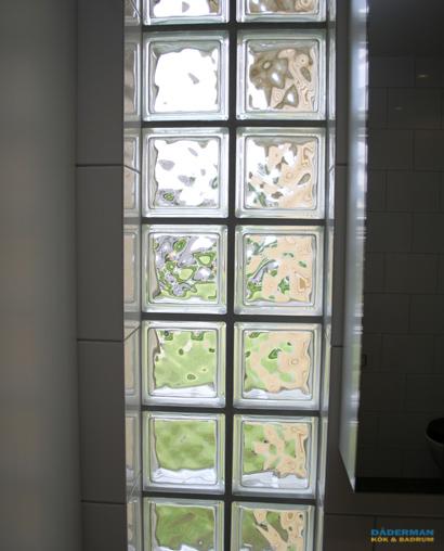 Badrum med fönster och skiljevägg i glasblock