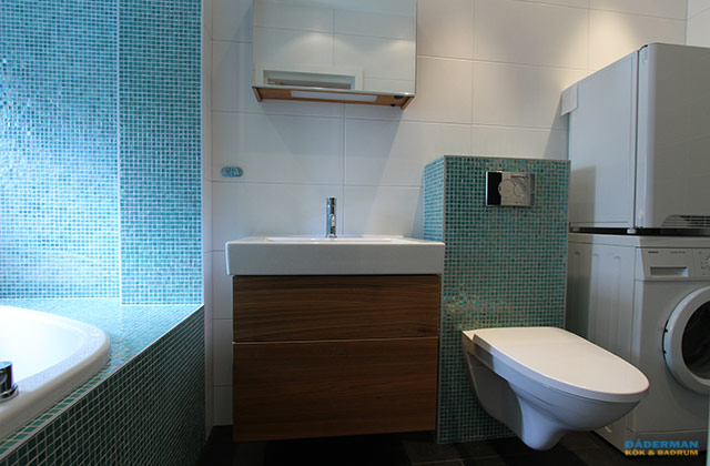Badrum med inbyggd badplats i blå mosaik
