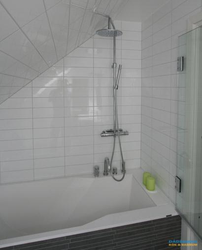 Badrum med inbyggt badkar och bastu