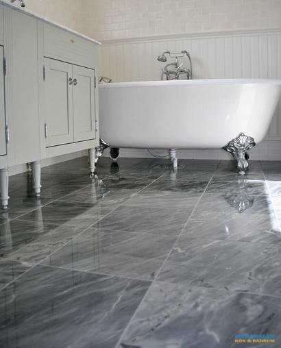 Badrum med marmorgolv och dubbelhandfat i Tyresö