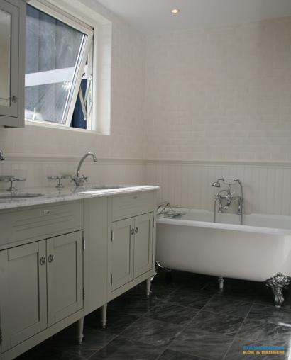 Badrum med marmorgolv och dubbelhandfat