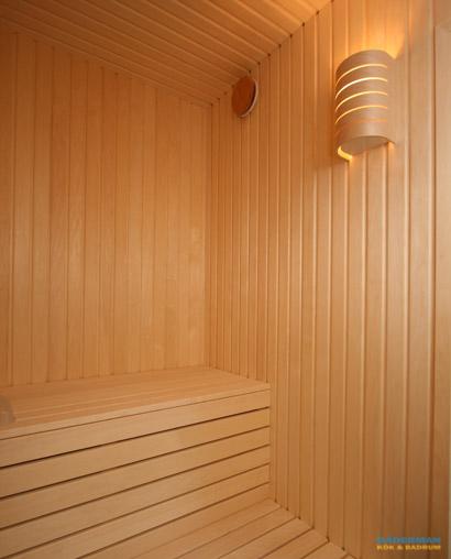Badrum med snedtak och bastu