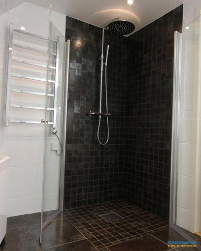 Badrum med svart mosaik