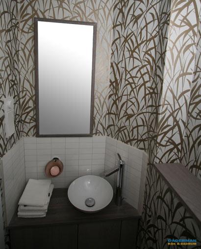 Ett nyrenoverat badrum i Solna med tapet