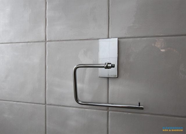 Badrum med utanpåliggande rör
