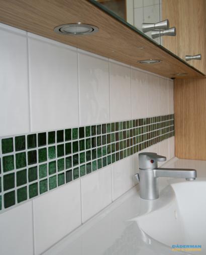 Badrum med vägghängd badrumsmöbel