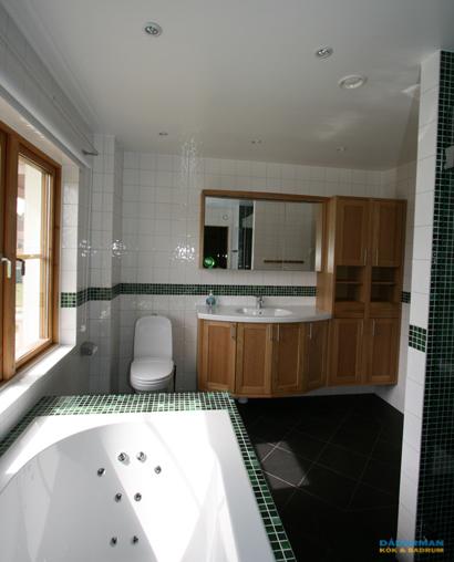 Badrum på Tyresö med vägghängd badrumsmöbel