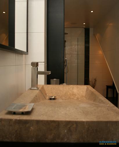 Exklusivt badrum med handfat i natursten på Värmdö