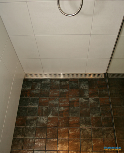 Exklusivt badrum med handfat i natursten