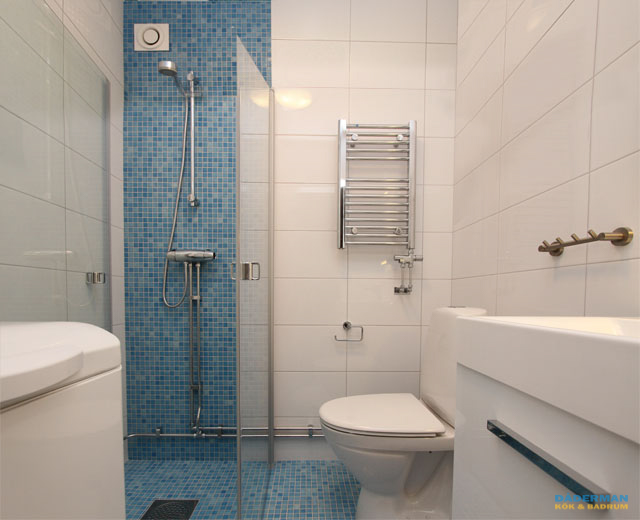 Färgglatt badrum med utanpåliggande rör