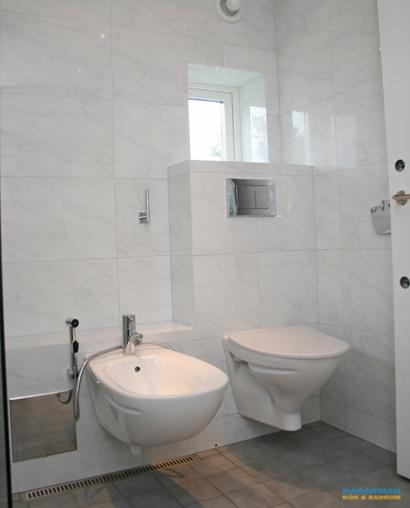 Fräscht badrum med vägghängd badrumsinredning