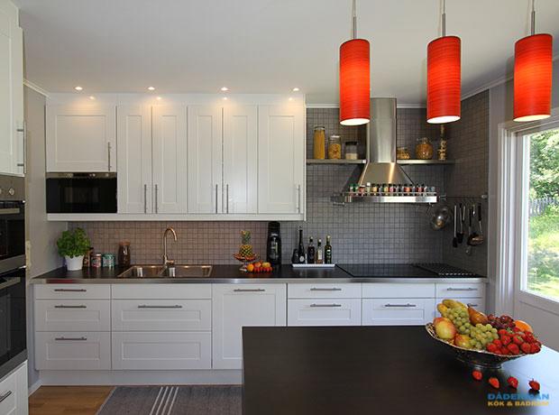 Hemtrevligt kök med köksö