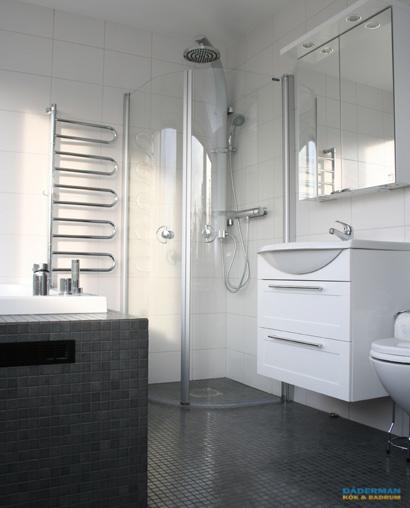 Inmurat badkar och vägghängd toalett