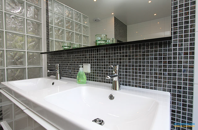 Inspirerande badrum med dubbelhandfat