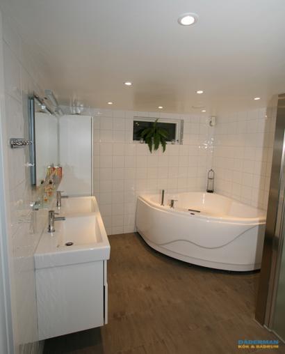 Källarbadrum med badkar och dusch