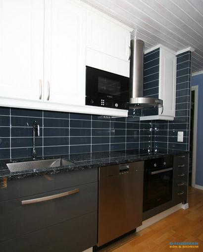 Kök med blått kakel och vägghängd takfläkt