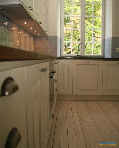 Lantligt kök med vita köksluckor