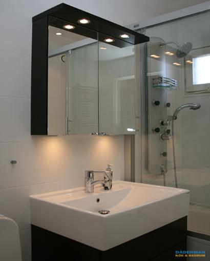 Litet badrum med dusch och badkar