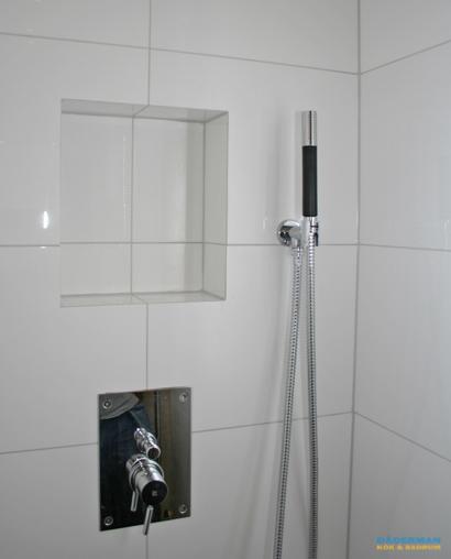 Litet badrum med inbyggd blandare