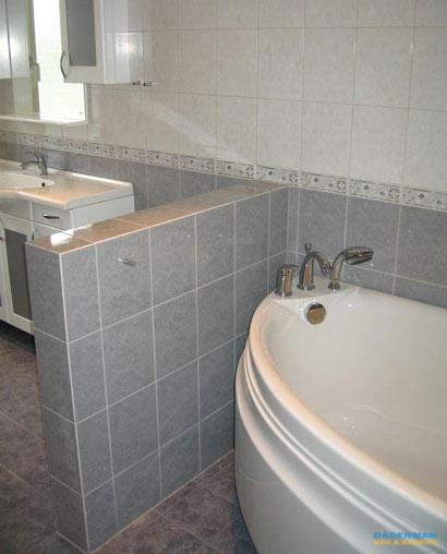 Ljust badrum med hörnbadkar