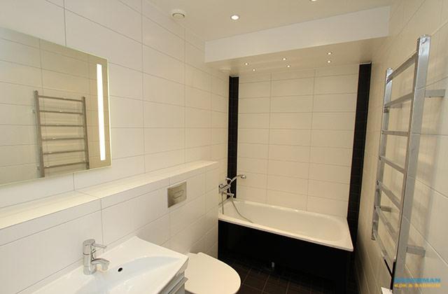 Modernt badrum med svart badkar